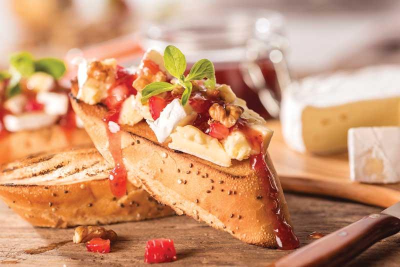 Camembert horneado con nueces y mermelada