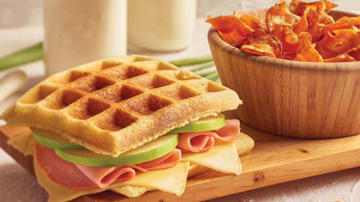 Waffle sándwich y chips de zanahoria