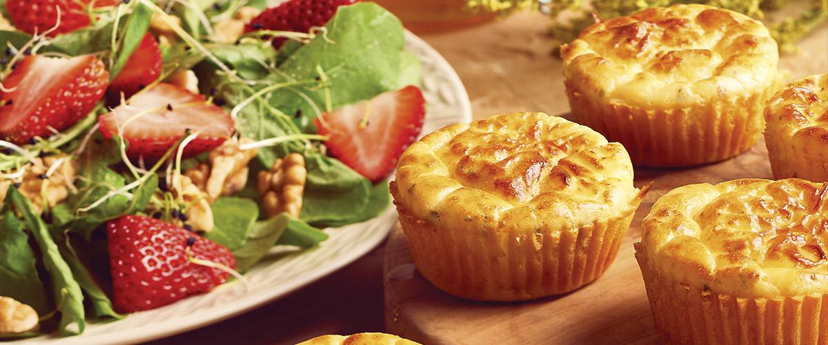 Ensalada de fresas y muffins de pollo