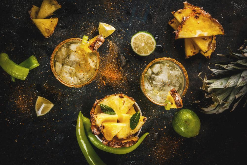 Margaritas de piña con escarcha de hierbabuena