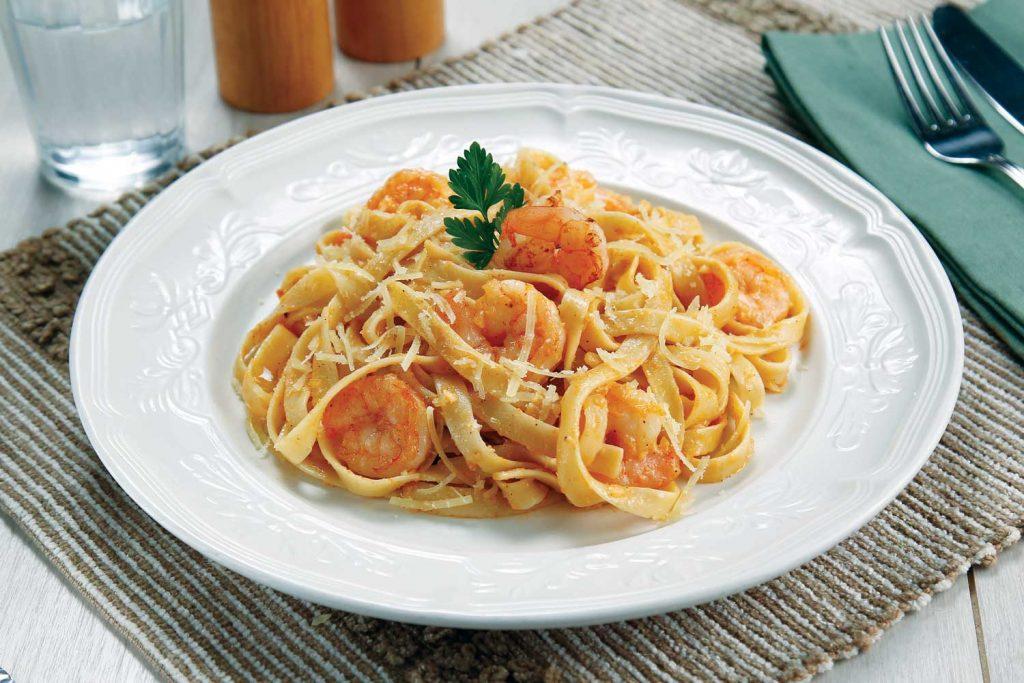 Fetuccini con salsa alfredo roja y camarones