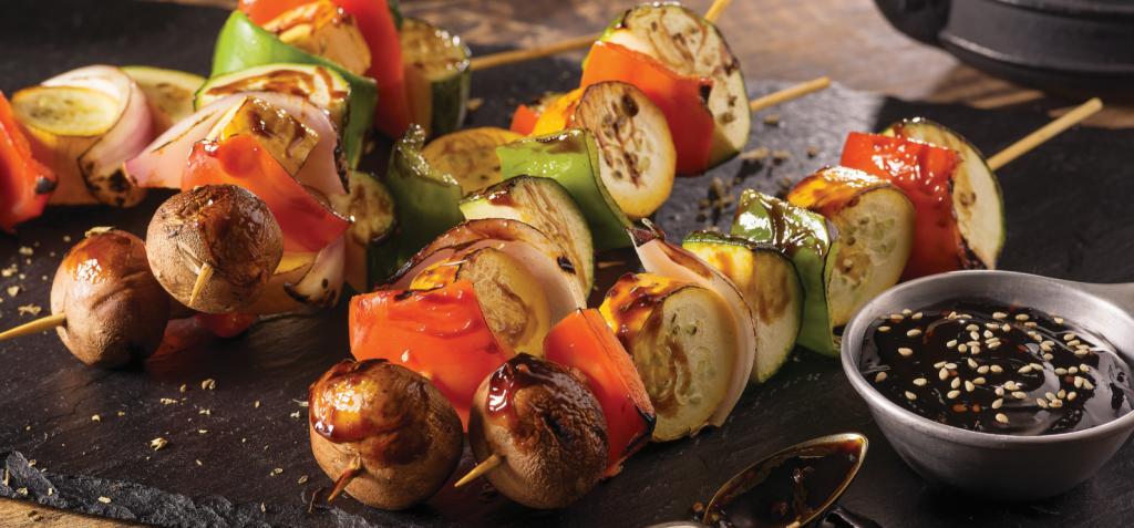 Brochetas vegetarianas con salsa japonesa REvista Maxi