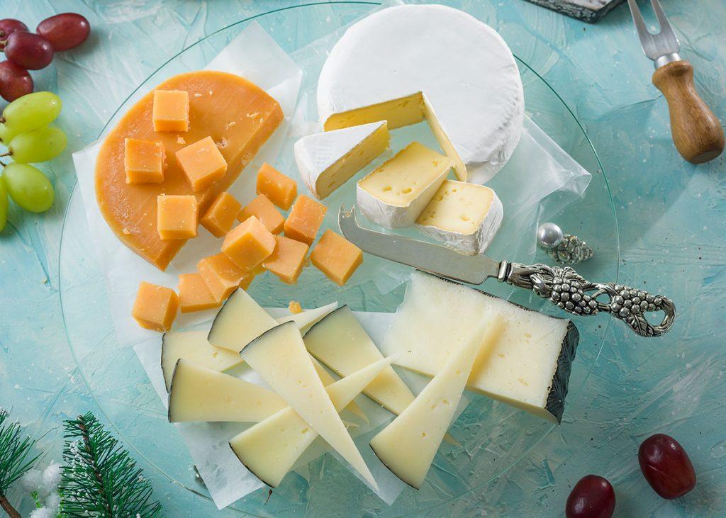 Tabla de quesos con puré de ciruelas