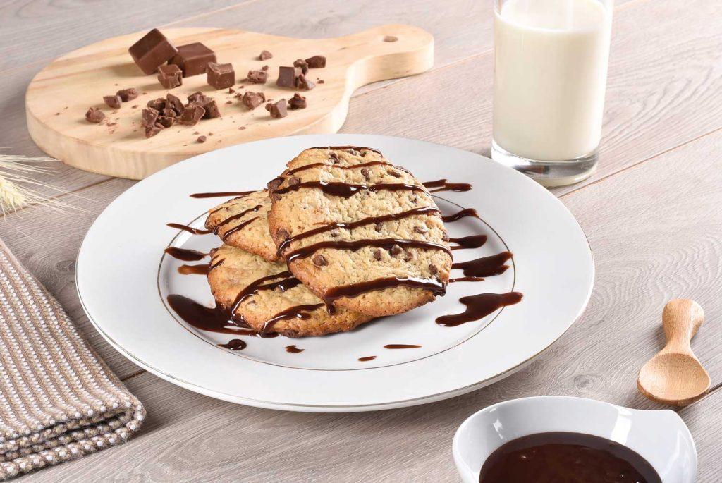 Galletas-con-chispas-de-chocolate-en-salsa-de-nutella-y-leche
