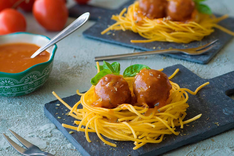 Nidos de pasta sin gluten con bolitas de carne en salsa de naranjilla