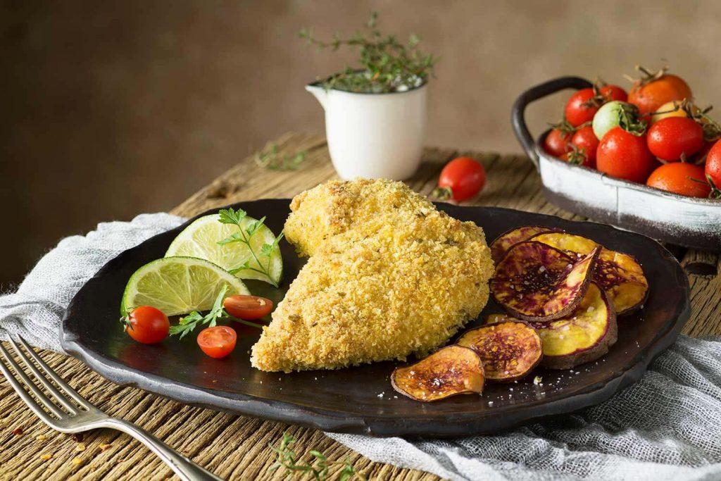 Pollo empanizado a la quinua y queso parmesano