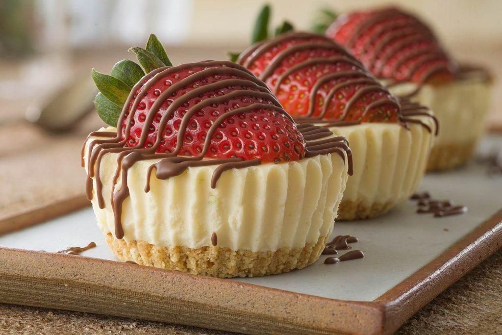 Mini chesscakes cubiertos de fresas y chocolate