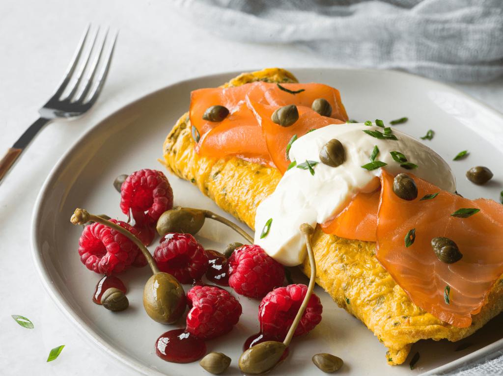 Omelette con salmón y frambuesas